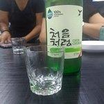 Soju, uma espécie de aguardente coreano. DELICIOSO