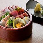 Kaisenju, seleção de peixes e frutos do mar servidos sobre arroz temperado para sushi