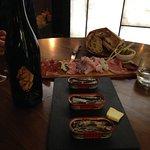 Du bon vin, des sardines savoureuses et une planche de charcuterie fine : le bonheur, quoi !