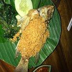 Mie goreng vegetarian plus crunchy fish .