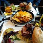 Nachos y dos hamburguesas de 200gr