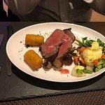 Roastbeef mit frischen Gemüse , Sauce Hollandaise , Kroketten