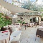 Cour intérieure de l'hôtel particulier table sous l'olivier