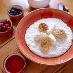Фирменная рисовая каша с фермерской рикоттой, карамелизованным бананом с клубничным вареньем
