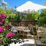 terrasse fleurie pour dîners et petits-déjeuners