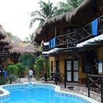 Chambres donnant sur la piscine principale.