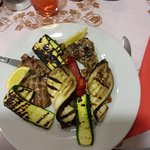 Piatto unico di carne e verdure grigliate