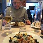 En vegetarisk rätt ser ni närmast, restaurang Mono i Varberg