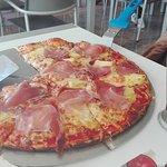 pizza de presunto camarão e ananás.