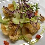 Calamari fritti con salsa tartara, insalata di puntarelle