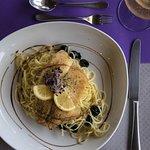 Sügérfilé pikáns-fokhagymás spaghetti ágyon