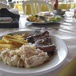 Steak mit Reis und Pommes