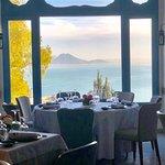 Profitez d'une vue imprenable sur la baie de Tunis dans une ambiance sobre et épurée.