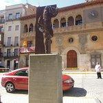Ayuntamiento junto a monumento a lCipotegato