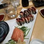Αριστερα κατω: sashimi με σολωμο και δεξια πανω: sushi με σολωμο και σως teriyaki.