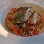 Poisson sur lit de soupe de poisson aux petits légumes