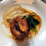 Coniglio grigio di carmagnola in porchetta, amarene, spinaci e crema di sedano rapa