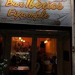 Gemütliche Bar, sehr freundlicher Chef,  für einen Wein, Bier oder Cava. Tolle Platten mit Iberi