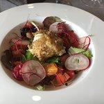 Gemischter Salat mit pochiertem und paniertem Ei