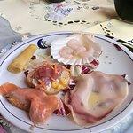 tartara di tonno rosso con salmone affumicato e carpaccio al polpo e gamberi crudi