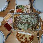 De Maksy Tommy frit, met extra griekse salade en de 3 tapenades met Grieks Brood;