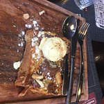 dessert servi sur une planche à découper la viande