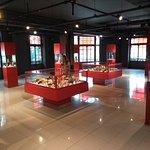 Shopping bem localizado e com grande variedade de lojas e opções de alimentação.