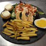 Assiette du jour (emincés de poulet, frites, crudités, fromage, pain à l'ail)