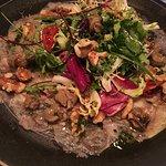 Carpaccio de pies de cerdo con vinagreta y caracoles