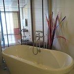 ห้องอาบน้ำแบ่งเป็นแบบยืนอาบและมีอ่างอาบน้ำเลือกใช้ตามต้องการได้เลยครับ