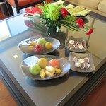 มีชุดผลไม้สดตามฤดูกาลและช็อคโกแลคแสนอร่อยบริการฟรีบนโต๊ะที่ห้องรับแขกครั