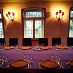 Der große Saal, die Tafel schon vorbereitet
