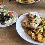 Bayerwaldschnitzel mit Salat