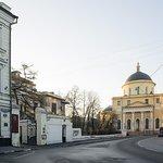 Вход во двор музея с ул. Спиридоновка