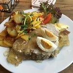 Tradition auch auf dem Teller: Sauerfleisch mit Bratkartoffeln.