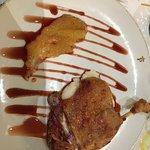 Pato sobre espuma de patata con manzana confitada.