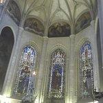 Altar principal con las vidrieras.
