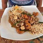 Pad Thai Kung, bueno y sabroso, pero escasos camarones