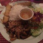Banh Hoi au boeuf avec vermicelles de riz et salade