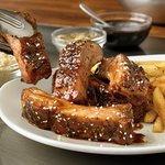 BBQ MINI RIBS: Cstillitas acompañadas con papas fritas.