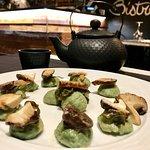 Gnocchi di patate e alga spirulina, funghi Shiitake saltati in un brodo Dashi, alga Kombu, Parmi