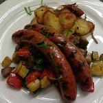 Gegrillte Merguez mit mediterranen Gemüsen und Bratkartoffeln