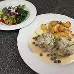 Königsberger Klopse, Bratkartoffeln und Rote Beete Salat