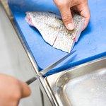 Frischer Fisch wird zubereitet