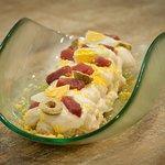 Ensaladilla rusa atún rojo, huevas de trucha y espuma de mayonesa de atún