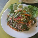 Салат из стеклянной лапшы с морепродуктами