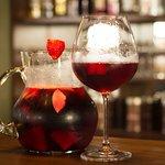 Sangria - Vinho tinto, vermute, frutas, hortelã e água gaseificada
