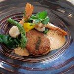 Grosses crevettes sauce crustacée et galette croustillante de porc