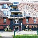 James Bay Inn Hotel, Suites & Cottage