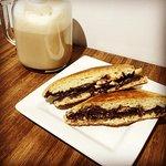 Scone Sandwich chocolat mi-amer et banane avec chai latté.